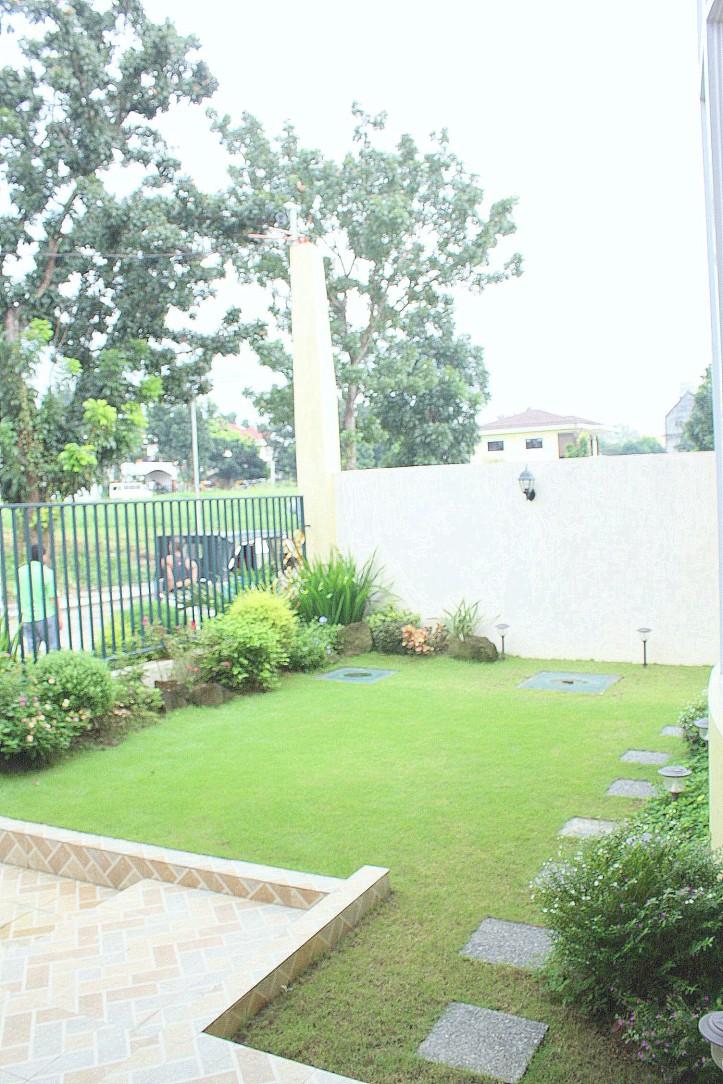 Casa Milan Neopolitan front Lawn